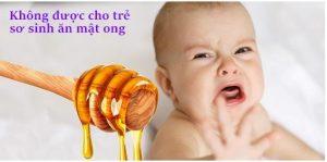 không nên cho trẻ ăn mật ong trước 1 tuổi